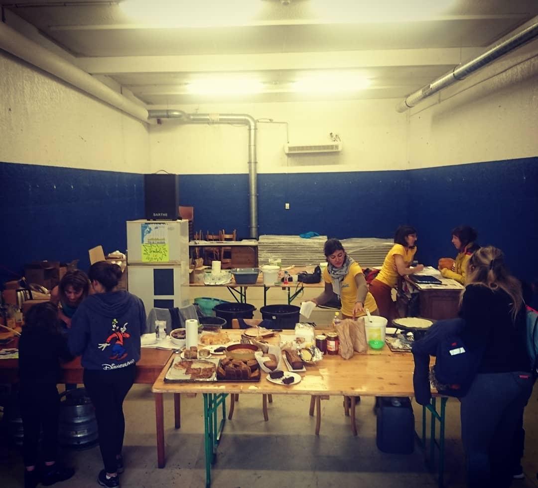 Atelier… goûter, dans l'espace de la future salle de bloc… En direct de la fête de l dans le / juste au pied du