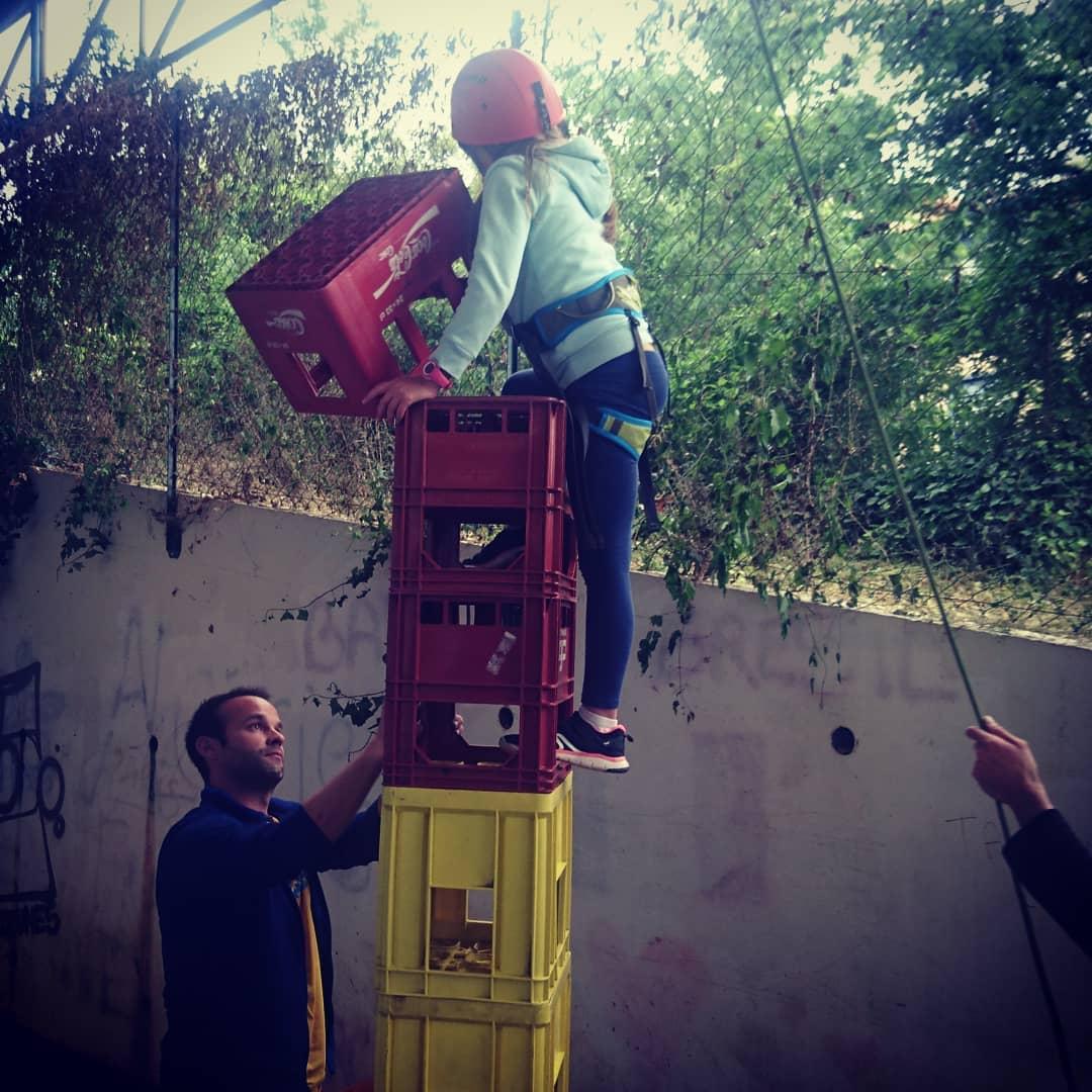 L'atelier des caisses… Empiler les caisses, garder son équilibre, grimper… Il faut essayer pour comprendre la difficulté… En direct de la fête de l dans le / juste au pied du